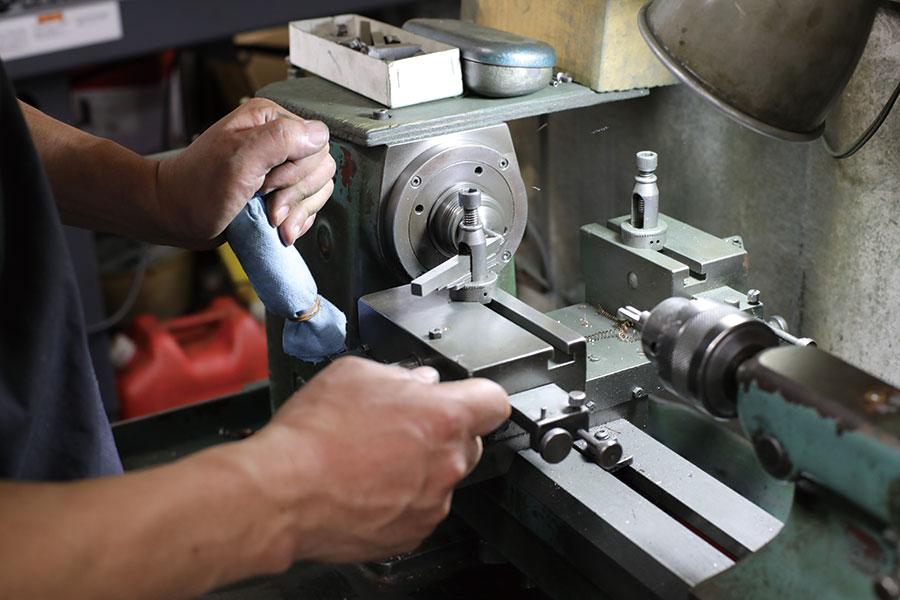 盤を使って先端を丸く削り出す切削作業