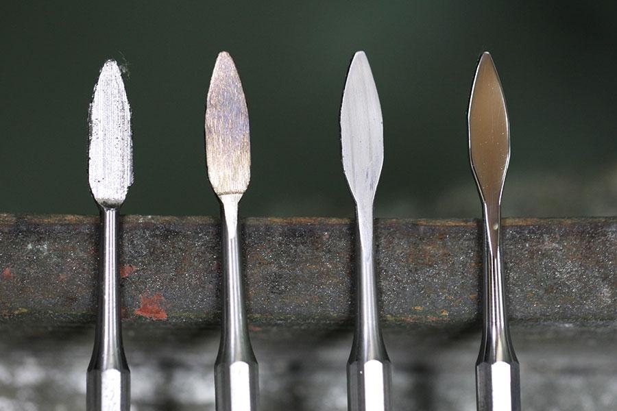 左より研磨前、荒砥石研磨後、中研磨後、バフ研磨後